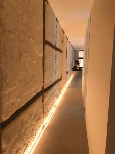 iluminación oculta en pasillo