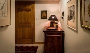 lampara de mesa en pasillo
