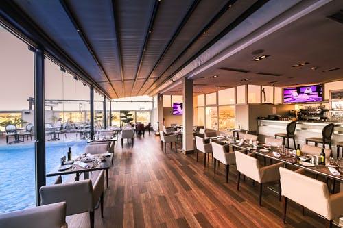 como iluminar un restaurante moderno